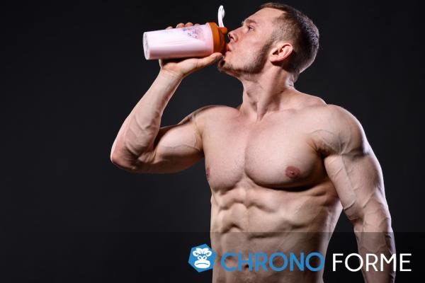 hoimme pratiquant la musculation buvant des protéines