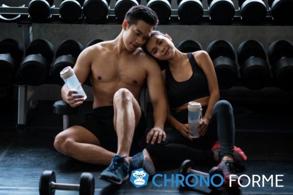 deux sportifs récupèrent après leur séance de musculation