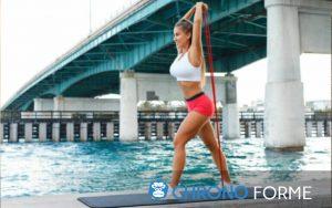 femme utilisant le meilleur kit elastique de musculation